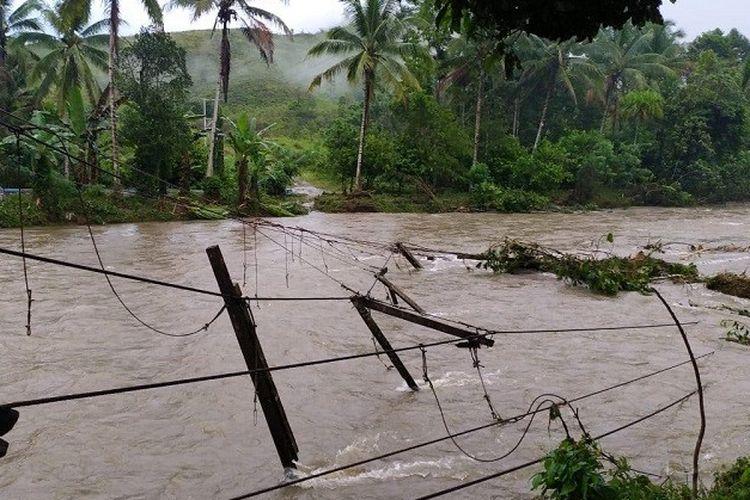 Hujan lebat dengan intensitas tinggi mengakibatkan kerusakan infrastruktur pada dua kecamatan di Kabupaten Buru, Maluku dan lebih dari 300 KK diungsikan.