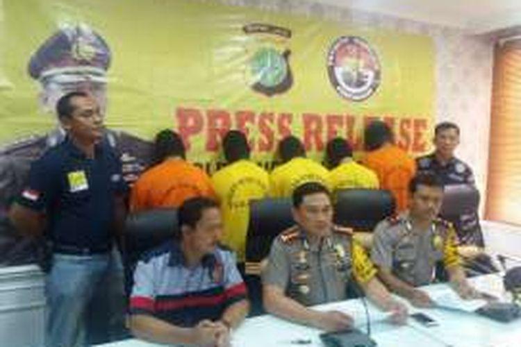 Kepala Polres Metro Jakarta Utara, Komisaris Besar Awal Chairudin (duduk tengah), dalam jumpa pers di Mapolres Metro Jakarta Utara, terkait kasus penganiayaan yang berujung tewasnya taruna STIP, Rabu (11/1/2017).