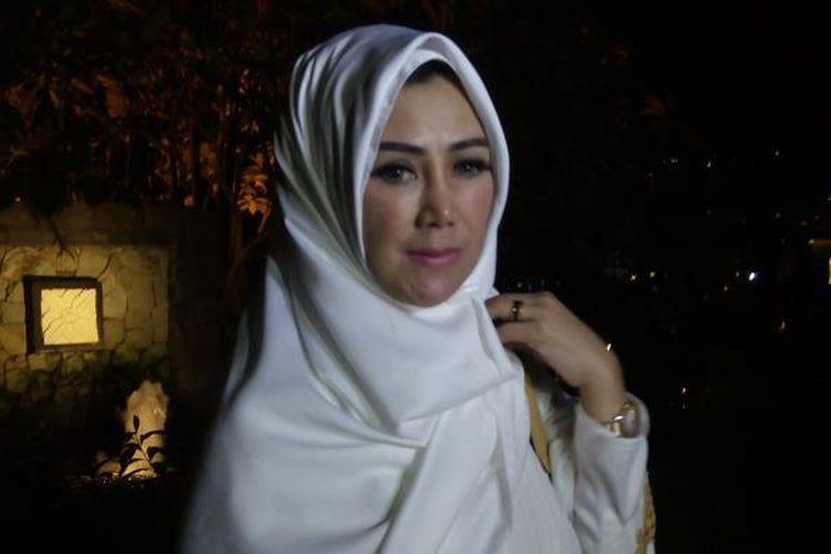 Ibunda Raffi Ahmad, Amy Qanita, diabadikan ketika menghadiri acara syukuran tujuh bulan kandungan menantunya, Nagita Slavina, di Hotel Shangri-La, Jakarta Pusat, Minggu (14/6/2015).