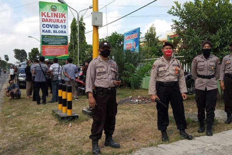 Suasana penjemputan pasien corona di Kilnik Bhakti Padma di jalan Blora - Randublatung, Desa Klopoduwur, Kecamatan Banjarejo, Kabupaten Blora, Jawa Tengah, Selasa (16/6/2020).