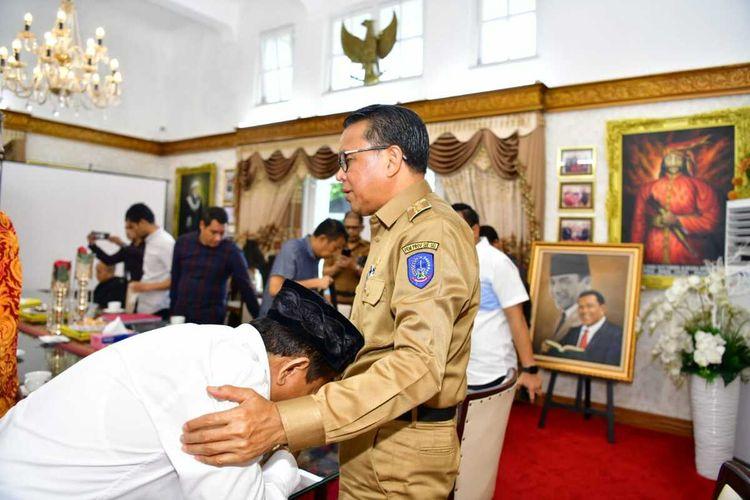 Eks Kabiro Pembangunan Sulsel Jumras (putih) saat meminta maaf kepada Gubernur Sulawesi Selatan Nurdin Abdullah di rujab gubernur Sulawesi Selatan, Selasa (25/2/2020).