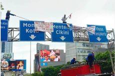 Seorang Pria Panjat Rambu di Jalan Sudirman, Petugas Damkar Turun Tangan