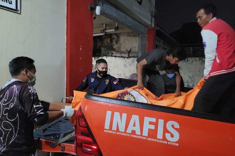 Jenazah M Nur Badruddin (58) saat tiba di Rumah Sakit (RS) Bhayangkara Palembang, Senin (20/9/2021). Ia tewas dianiaya oleh adik kandungnya sendiri lantaran menebang pohon kelapa.