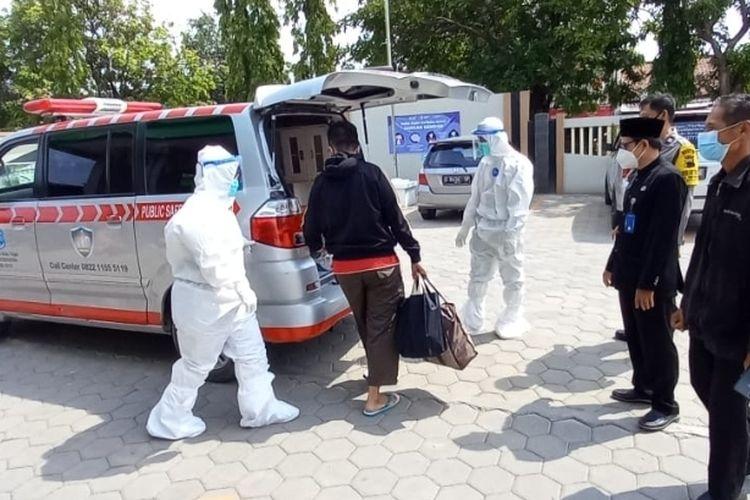 Petugas berpakaian pelindung diri lengkap mengevakuasi pemudik yang positif tes cepat antigen menuju tempat isolasi di Rusunawa Tegalsari, Kota Tegal, Jawa Tengah, Kamis (6/5/2021) (Dok. Puskesmas Sumurpanggang)