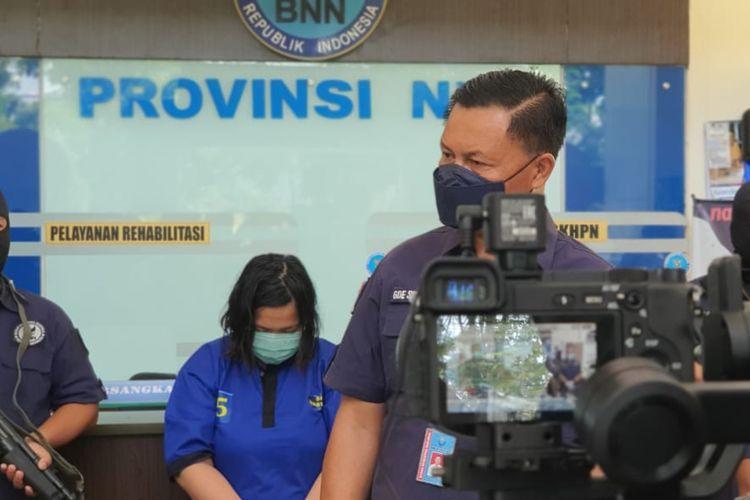 BNNP NTB menangkap sepasang suami istri yang membawa lima bungkus sabu di dalam duburnya.