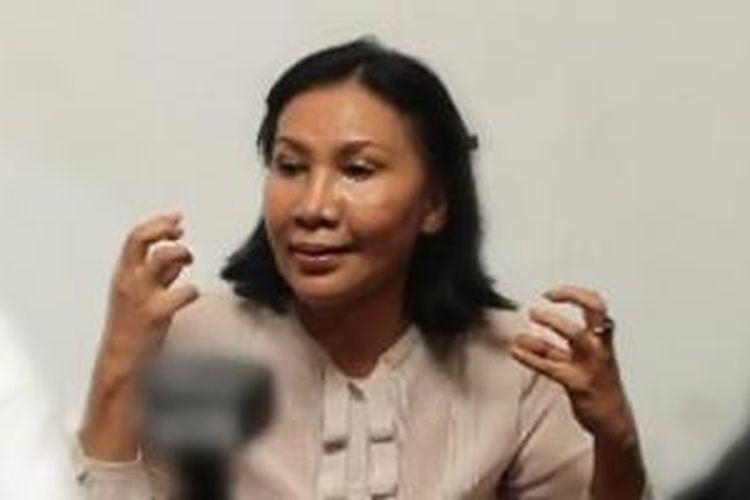 Ratna Sarumpaet diabadikan ketika berbicara selaku Ketua Presidium Majelis Kedaulatan Rakyat Indonesia (MKRI) dalam jumpa pers di Sekretariat MKRI, Jakarta Selatan, Jumat (22/3/2013).