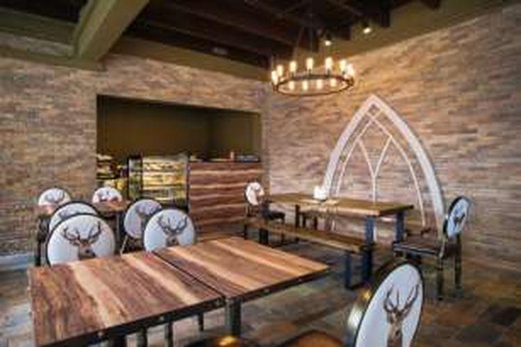 Di kafe ini wisatawan bisa menyeruput Goblet of Fire, Liquid Luck, sampai mencicipi Wizard's Cup Sponge Cake dan Black Magic Panna Cotta.