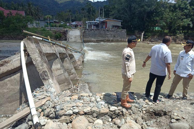 Anggota DPR RI Andre Rosiade didampingi Bupati Solok Selatan meninjau jembatan Sungai Pangkua yang ambruk ke dasar sungai akibat banjir, Kamis (19/12/2019)