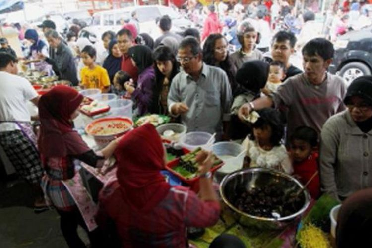 Sajian warung khas Kapau di Pasar Pabukoan, Nagari Kapau, Agam, Sumatera Barat, Rabu (10/7/2013). Nagari Kapau menjadi asal muasal warga pengusaha Warung Kapau yang tersebar luas di pelosok Indonesia.