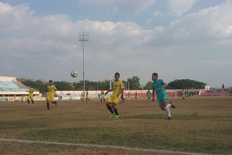 Pemain Persik Kendal (kaos hijau) saat berebut bola dengan pemain Serang Kompas.com/Slamet Priyatin