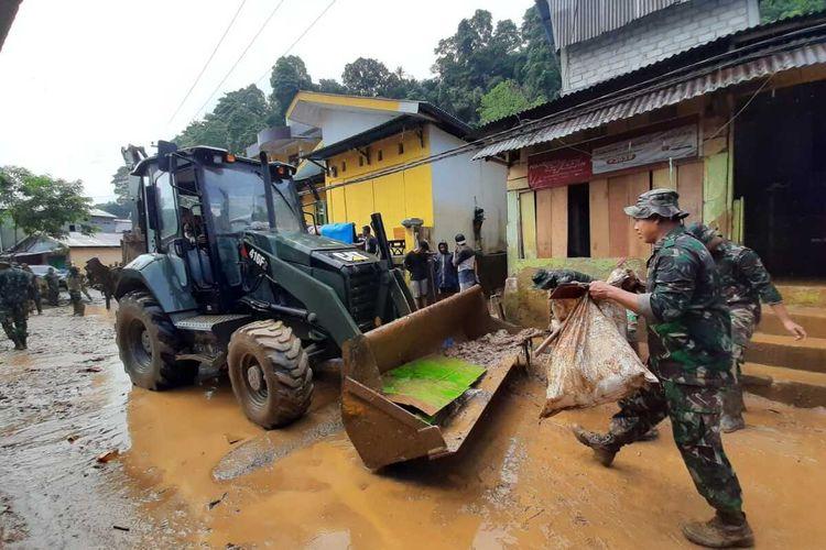 Aparat TNI dikerahkan ke kawasan Batu Merah Dalam, Kecamatan Sirimau, Kota AMbon, untuk membersihkan sampah dan meteril lumpur di kawasan yang tersapu banir, Minggu (4/10/2020)