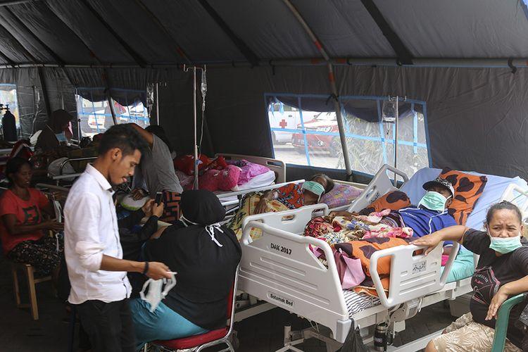 Sejumlah pasien menjalani perawatan di dalam tenda darurat di teras RSUD Haulussy, Ambon, Maluku, Kamis (26/9/2019). Sejumlah pasien kini menjalani perawatan di tenda-tenda yang dibangun di pelataran halaman parkir rumah sakit pascagempa bumi dengan kekuatan magnitudo 6,8.