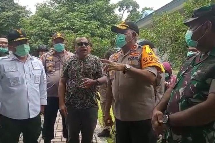 Kapolda Papua Irjen Paulus Waterpauw bersama Pangdam XVII Cenderawasih Mayjen TNI Herman Asaribab ketika meninjau lokasi penembakan, Selasa (31/3/2020).