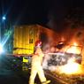Mobil Pikap Terbakar usai Tabrakan dengan Truk, 5 Orang Terluka