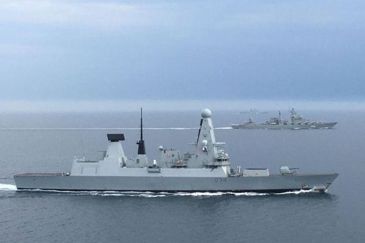 Armada Angkatan Laut Kerajaan Inggris, HMS Diamond saat mengawal dua kapal perang Rusia yang melintasi perairan dekat dengan Selat Inggris.