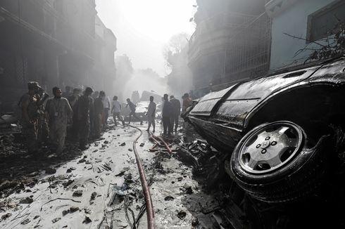 Pesawat Pakistan Jatuh di Permukiman, Warga Mendengar Ledakan Besar