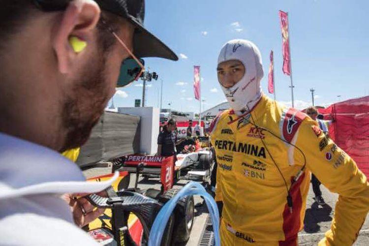 Pebalap Pertamina Arden asal Indonesia, Sean Gelael, bersiap menjalani balapan kedua Formula Spanyol di Cricuit de Barcelona-Catalunya, Minggu (14/5/2017).