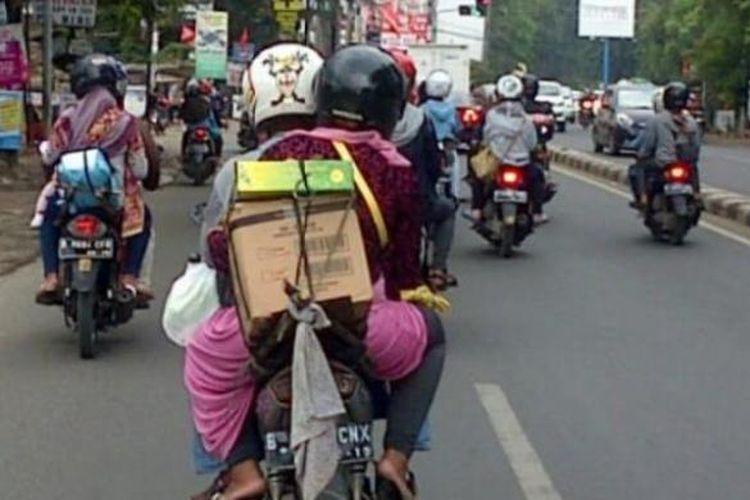 Ilustrasi pemudik yang menggunakan sepeda motor melintas di Kalimalang.