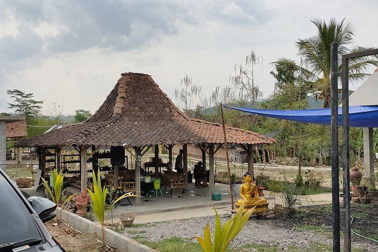 Salah satu tempat pengrajin gerabah di Dusun Klipoh bernama Kelompok Gerabah Arum Art milik Supoyo (48). Ia mendirikan kelompok gerabah ini sejak tahun 2004, dan telah banyak menerima kunjungan mulai dari wisatawan nusantara hingga wisatawan mancanegara.