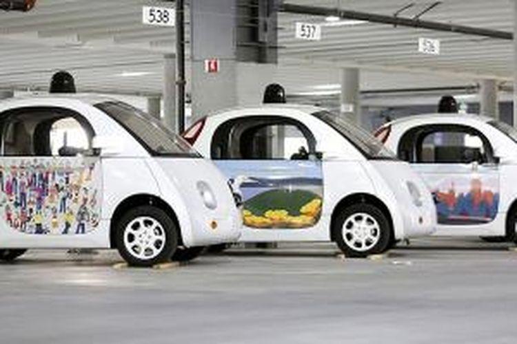 Purwarupa mobil Google hadir dalam balutan cat warna warni.