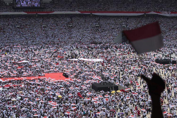 Pendukung pasangan Capres dan Cawapres nomor urut 01 Joko Widodo - KH Maruf Amin menghadiri Konser Putih Bersatu di Stadion Utama Gelora Bung Karno (GBK), Jakarta, Sabtu (13/4/2019). Konser Putih Bersatu tersebut menjadi puncak dari kampanye akbar pasangan nomor urut 01 sebelum memasuki masa tenang dan hari pemungutan suara (Pemilu) serentak pada tanggal 17 April 2019 mendatang. ANTARA FOTO/Widodo S Jusuf/aww.