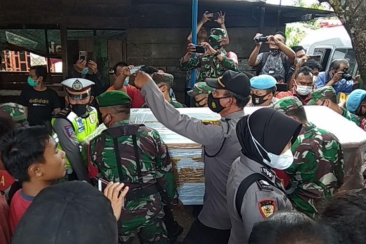 Jenazah Pratu Martinus Sinurat, salah satu korban penembakan oknum polisi di RM Kafe Jakarta Barat, saat tiba di kediaman keluarga di Kelurahan Padang Matinggi, Kota Padang Sidempuan Sumatera Utara, Jumat (26/2/2021).