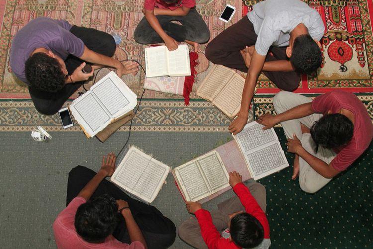 Umat Muslim bertadarus di Masjid At-Taqwa Desa Alue Raya, Kecamatan Samatiga, Aceh Barat, Aceh, Senin (6/5/2019). Pada bulan Ramadhan umat muslim memanfaatkan waktu untuk memperbanyak ibadah dengan membaca Al Quran dan melaksanakan salat sunah guna menambah amalan dan memohon ampunan dari Allah SWT.