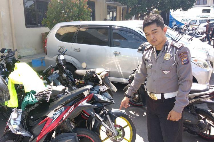 Petugas Kepolisian Menunjukkan Motor Korban Kecelakaan di Jalan Bedoyo-Pracimantoro tepatnya di padukuhan Ngroyo, Desa Karangasem, Kecamatan Ponjong, Gunungkidul, Yogyakarta. Senin (19/11/2018) pagi.