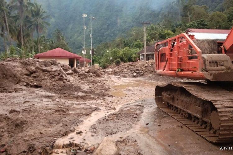 Dua alat berat diturunkan untuk membersihkan material longsor dan banjir badang di Agam, Sumatera Barat, Kamis (21/11/2019)