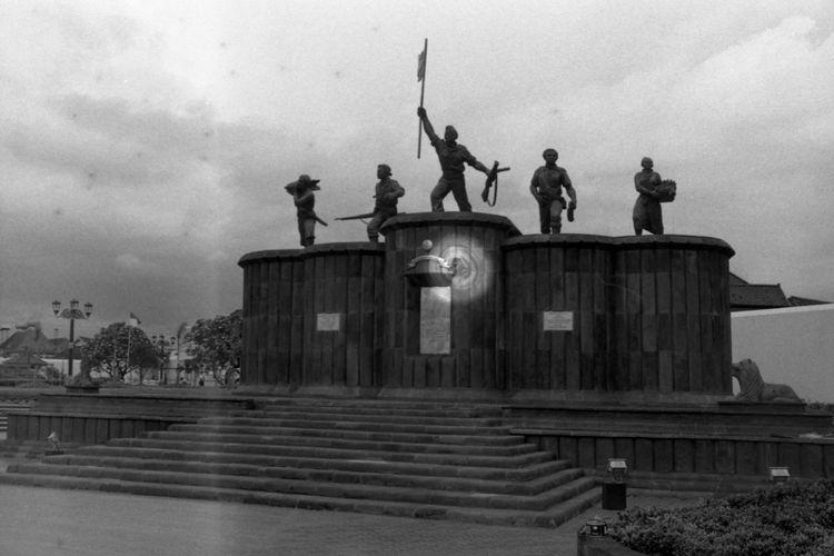 Monumen Serangan Umum 1 Maret berada di area sekitar Museum Benteng Vredeburg yaitu tepat di depan Kantor Pos Besar Yogyakarta. Monumen ini dibangun untuk memperingati serangan tentara Indonesia terhadap Belanda pada tanggal 1 Maret 1949. Judul Amplop: Monumen Bersejarah