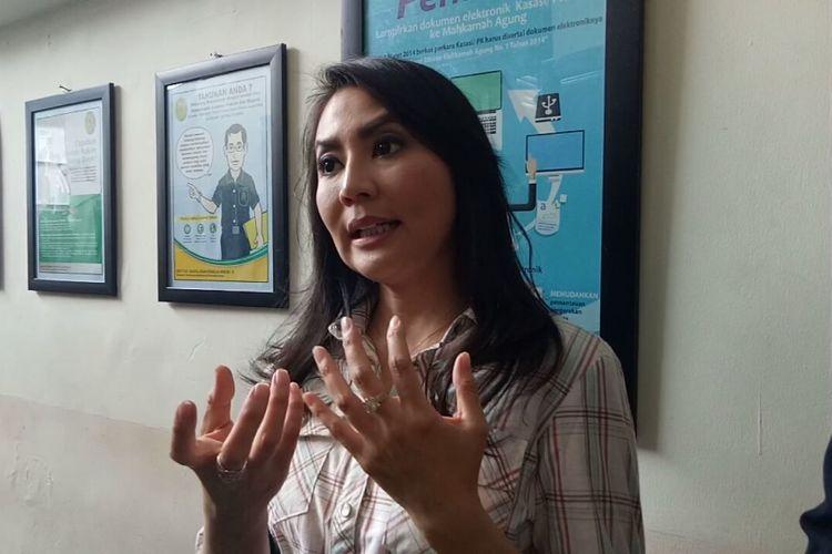 Tessa Kaunang diwawancarai usai mediasi di Pengadilan Negeri Jakarta Selatan, Kamis (22/2/2018).