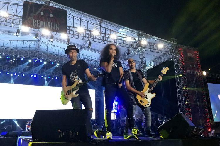 Ridho, Kaka dan Ivanka dalam penampilan Slank di Konser Musik Untuk Republik di Buperta Cibubur, Jakarta Timur, Minggu (20/10/2019).