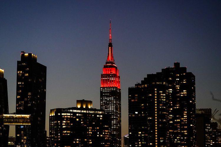 Gedung Empire State dinyalakan dengan warna merah detak jantung sebagai bagian dari peringatan nasional bagi nyawa yang hilang karena Covid-19 Selasa, 19 Januari 2021, di New York. Sebuah tanda yang memberi sinyal suram kepada Presiden Donald Trump di akhir kepemimpinannya.