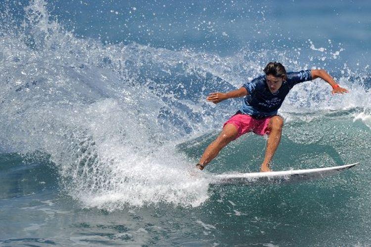 Peselancar Indonesia, Rio Waida, ketika beraksi pada World Surf League men's championship tour surfing 2019.