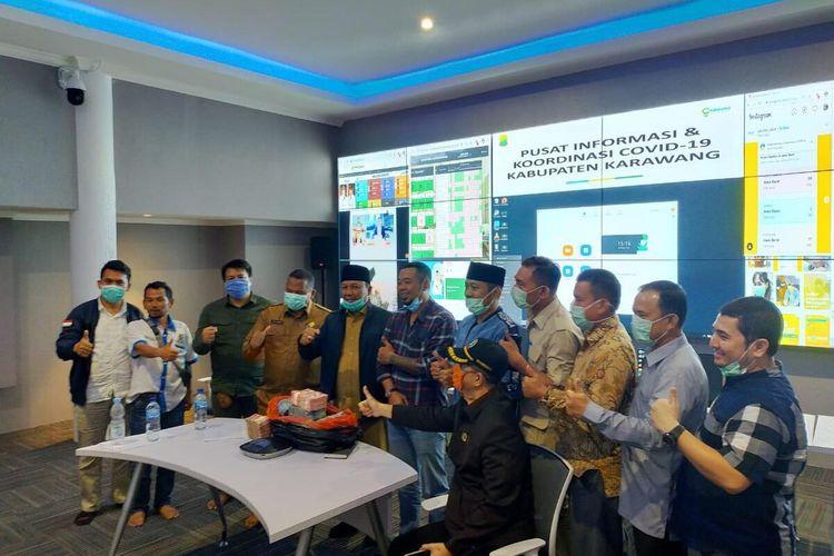 Ketua GMBI Karawang Muhamad Sayegi Dewa menyumbangkan uang pribadi sebesar Rp 1 miliar untuk penanganan Corona Virus Disease 2019 (Covid-19) di Command Center Pemkab Karawang, Senin (30/3/2020).