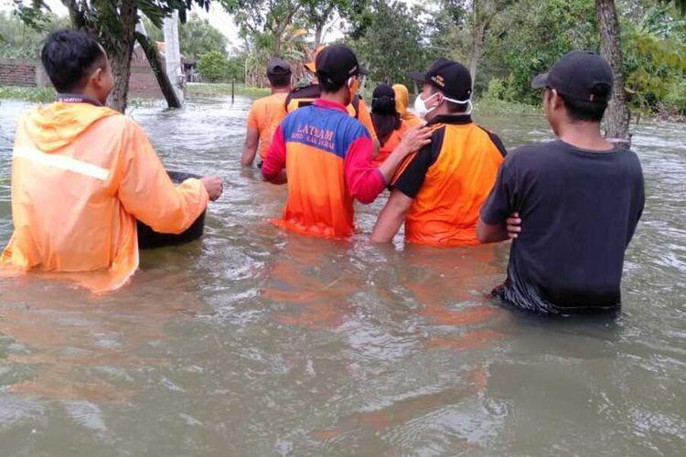 Petugas BPBD Demak saat menerjang banjir di Desa Prampelan Kecamatan Sayung Kabupaten Demak Jawa Tengah , Senin (8/2/2021)
