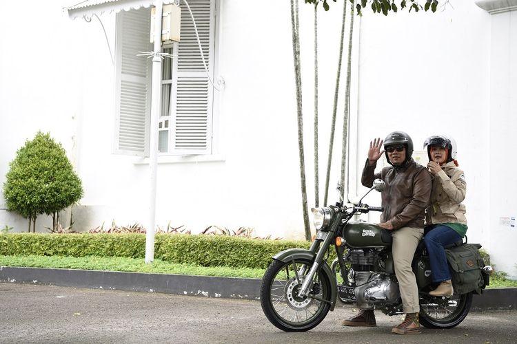 Gubernur Jawa Barat Ridwan Kamil saat menaiki motor gede Royal Enfield Classic 500 Battle Green bersama istrinya, Atalia Praratya.