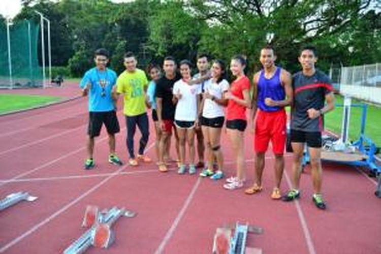 Para pelari tim nasional berpose di sela latihan rutin, di stadion Madya, Gelora Bung Karno, Senayan, Jakarta Jumat (26/7/2013).