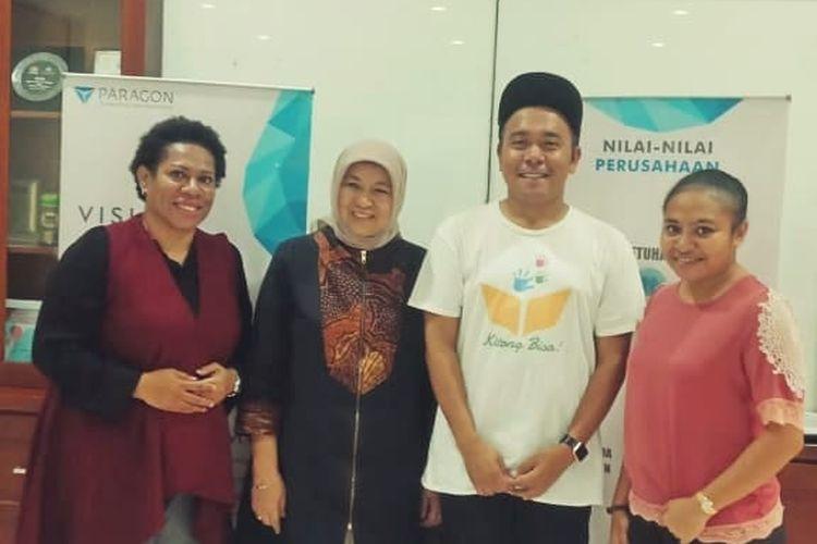 CEO Kitong Bisa Billy Mambrasar dan CEO Wardah Nurhayati Subakat menandatangani kerja sama pelatihan bisnis untuk perempuan Papua di Kantor Pusat Wardah, Jakarta (29/5/2019)