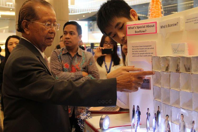 Rektor Podomoro University (PU) Dr. Cosmas Batubara menyaksikan para mahasiswa PU memamerkan bisnis BoxRow dalam pameran di Neo SOHO Podomoro City, Jakarta.