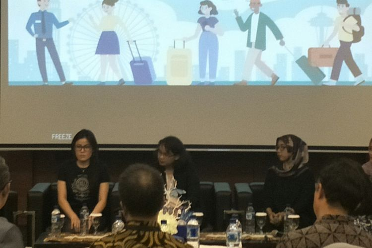 Ratna (tengah), pegawai swasta yang memanfaatkan jasa titipan dalam acara diskusi di Kantor Bea Cukai, Jakarta, Jumat (26/4/2019)