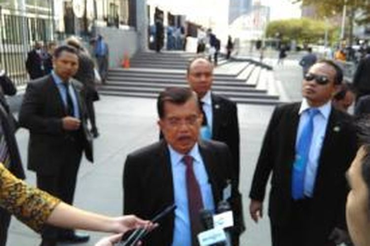 Wapres Jusuf Kalla saat dicegat pers usai mengikuti sidang di Markas Besar PBB di New York, Amerika Serikat, Minggu (26/9) sore waktu setempat.