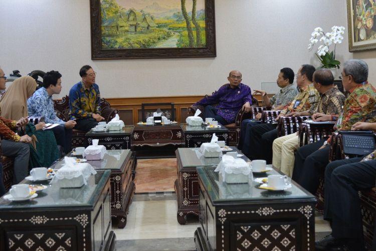 Sekjen Kemendikbud Didik Suhardi mendampingi Mendikbud Muhadjir Effendy menerima kunjungan Wakil Presiden PT Samsung Elektronic Indonesia, Kang Hyun Lee, di kantor Kemendikbud, Senayan, Jakarta, Selasa (10/09/2019).