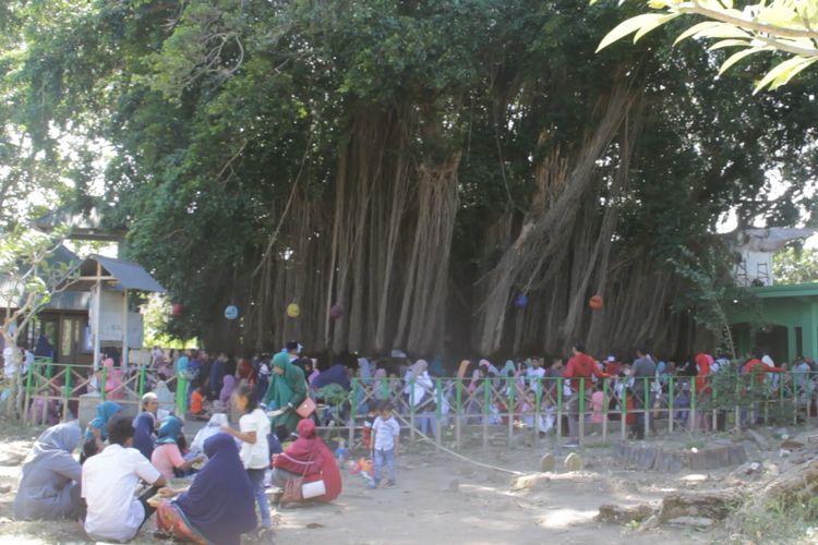 (ILUSTRASI) Perayaan Lebaran Topat di Makam Loangbaloq, Mataram, pada Lebaran 2019. Warga kerap mengikat janji pada akar  pohonnya.  Tradisi mengikat janji pada pohon Bunut atau pohon Beringin, merupakan tradisi unik yang dilakukan masyarakat di Pulau Lombok. Seseorang yang mengikat janji pada akar akar-akar sebuah pohon Beringin itu, wajib kembali lagi melepaskan apa yang diikatnya setelah apa yang diharapkannya terwujud atau terkabul.