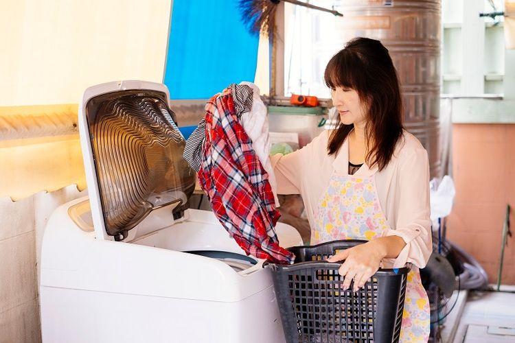 Ilustrasi mencuci pakaian dengan mesin cuci