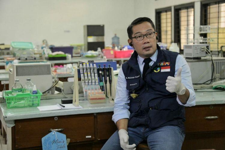 Gubernur Jawa Barat Ridwan Kamil saat melihat dua alat pendeteksi Covid-19 buatan ilmuan Jabar di FMIPA Unpad, Bandung, Kamis (14/5/2020).