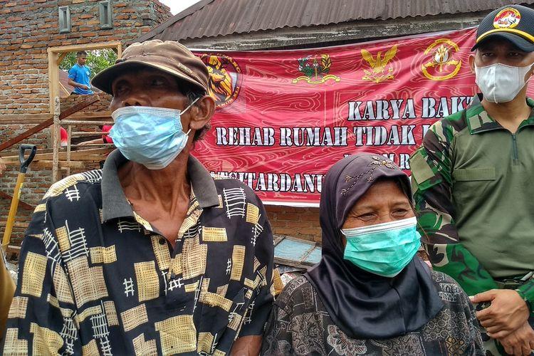 Satin dan Hermiyati di depan rumahnya yang sedang direnovasi oleh para taruna dalam rangkaian kegiatan Latihan Integrasi Taruna Wreda (Latsitarda) ke-41 XLI/2021 yang diikuti oleh 801 taruna Akpol dan Akademi TNI yang tahun ini dipusatkan di Sumatera Utara.