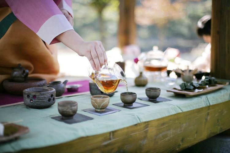 Ilustrasi minum teh ala korea