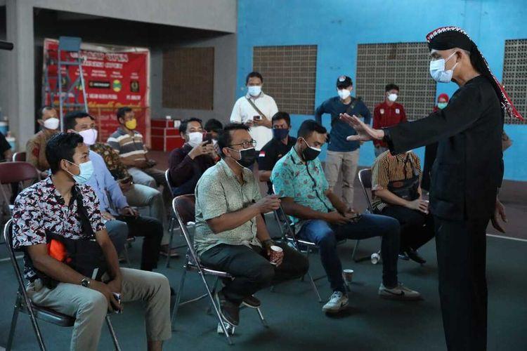 Gubernur Jateng Ganjar Pranowo saat memantau vaksinasi Covid-19 di Kabupaten Cilacap, Jawa Tengah, Kamis (22/7/2021).