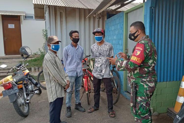 Heri Purnomo, Babinsa Desa Sumurgeneng, Kecamatan Jenu, Tuban, saat memberikan edukasi dan imbauan kepada warga untuk menjaga kamtibmas kampung miliarder. Jumat (19/2/2021).